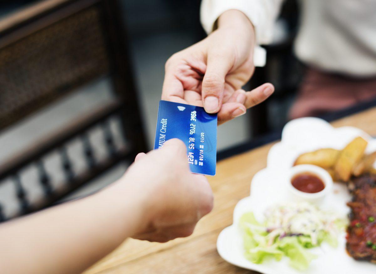 Czy i kiedy w Polsce skończą się płatności gotówką?